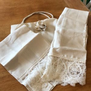 Personal linen laced towels with bag